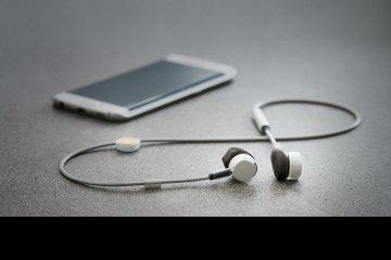auriculares-inalambricos-que-se-cargan-mientras-los-usas-pugz